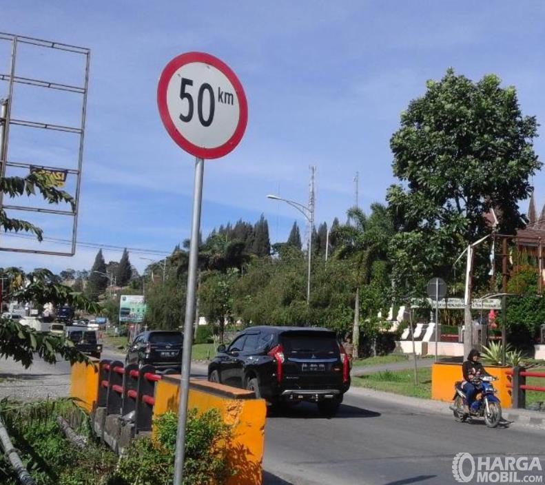Gambar ini menunjukkan rambu batas kecepatan mobil