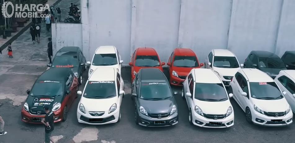 Gambar ini menunjukkan banyak mobil dalam satu komunitas