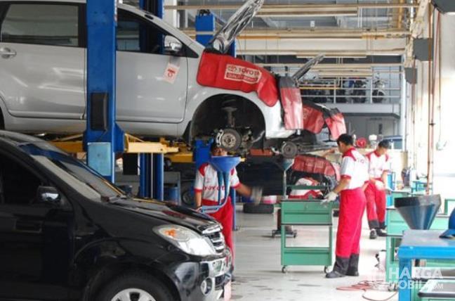 gambar ini menunjukkan servis mobil di bengkel resmi Toyota