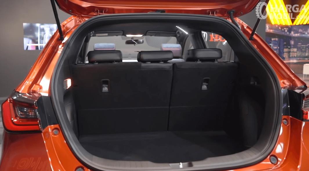 Gambar ini menunjukkan bagasi mobil Honda City Hatchback RS 2021