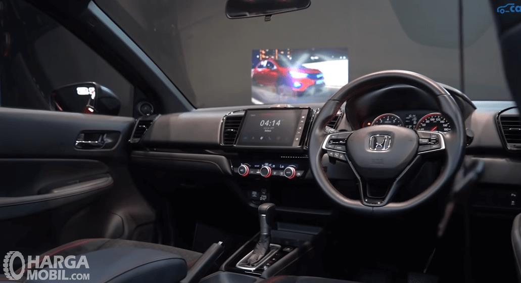 Gambar ini menunjukkan dashboard dan kemudi mobil Honda City Hatchback RS 2021