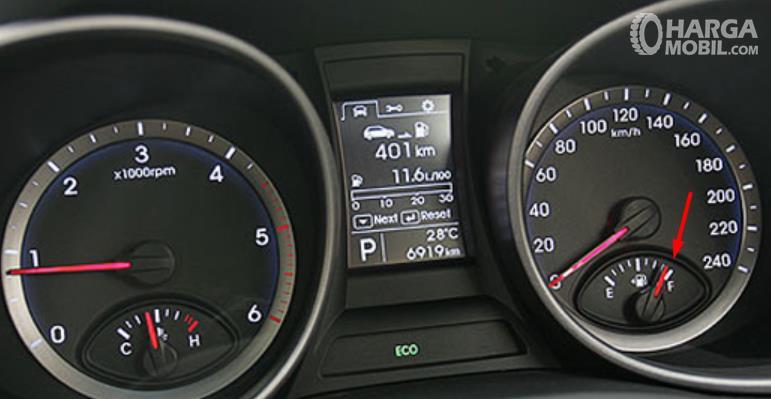 Gambar ini menunjukkan layar MID pada mobil dan ada indikator bahan bakar