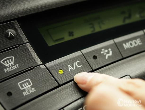 Gambar ini menunjukkan tombol AC mobil