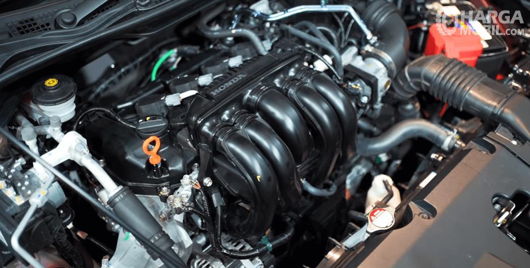 GAmbar ini menunjukkan mesin mobil Honda City Hatchback RS 2021