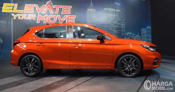 Gambar ini menunjukkan bagian samping Honda City Hatchback RS 2021