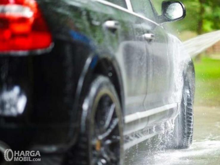 Gambar ini menunjukkan penyiraman bodi mobil