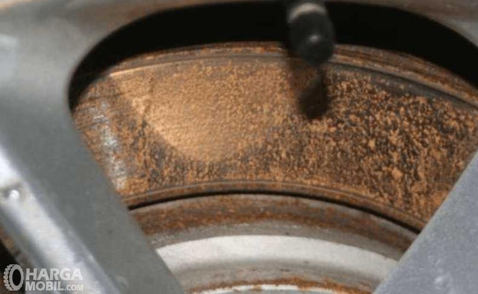 Gambar ini menunjukkan piringan cakram mobil berkarat
