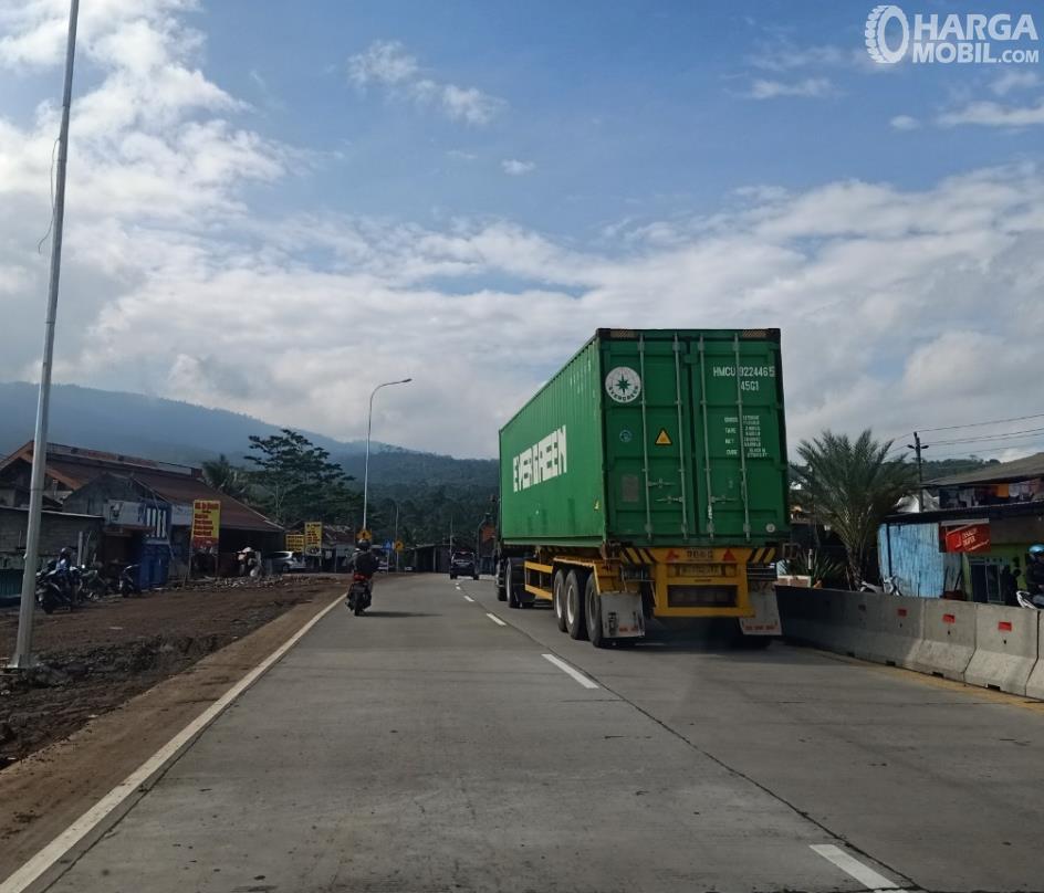 Gambar ini menunjukkan jalanan beton  dengan mobil besar melewatinya
