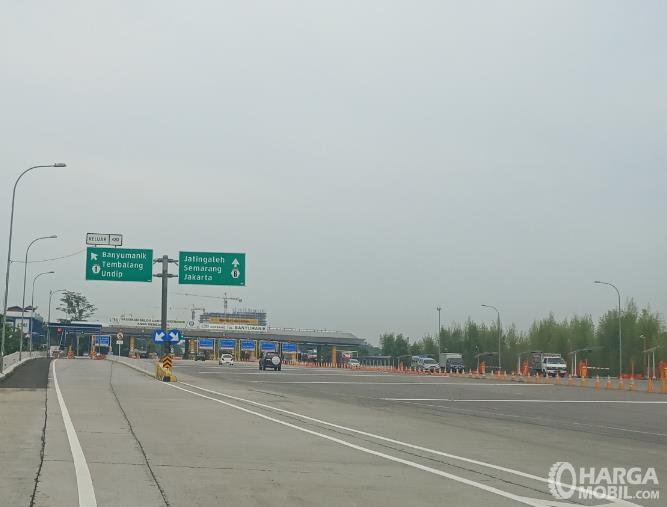Gambar ini menunjukkan Gerbang Tol dalam kondisi sepi