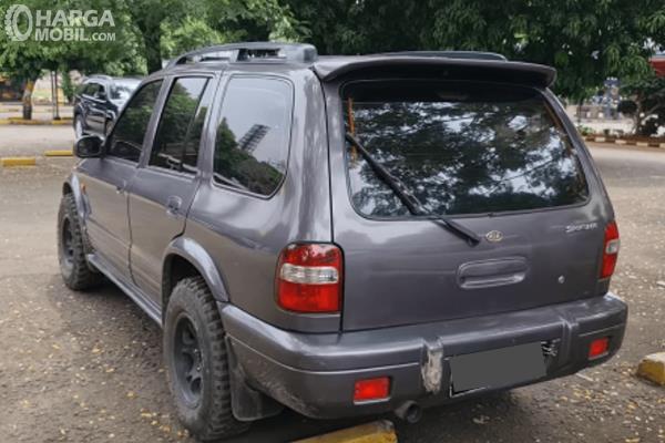 Gambar ini menunjukkan bagian belakang mobil KIA Sportage 2000