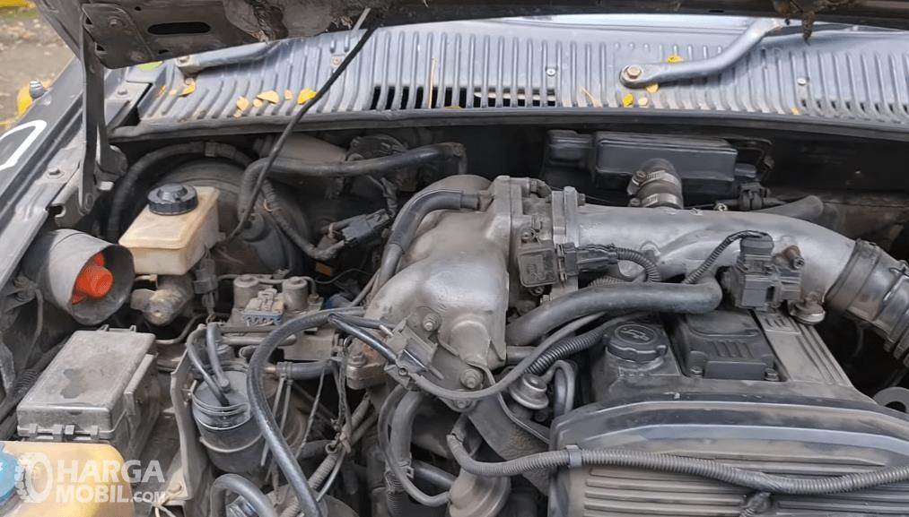 Gambar ini menunjukkan mesin mobil KIA Sportage 2000