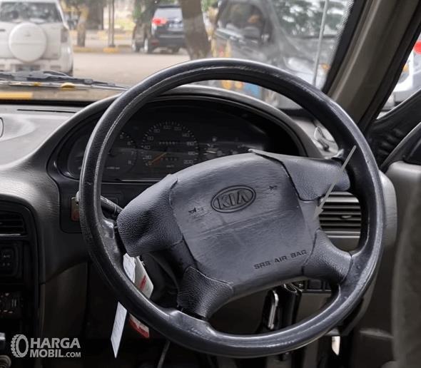 Gambar ini menunjukkan kemudi mobil KIA Sportage 2000