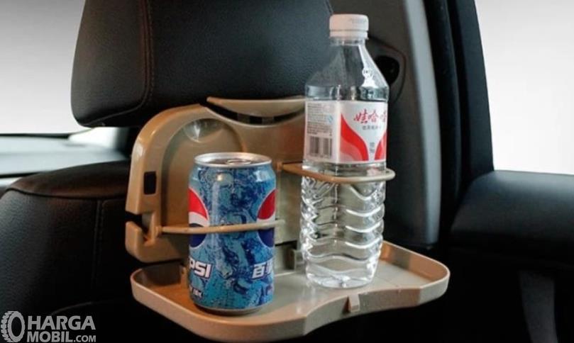 Gambar ini menunjukkan folding table yang terdapat pada jok mobil
