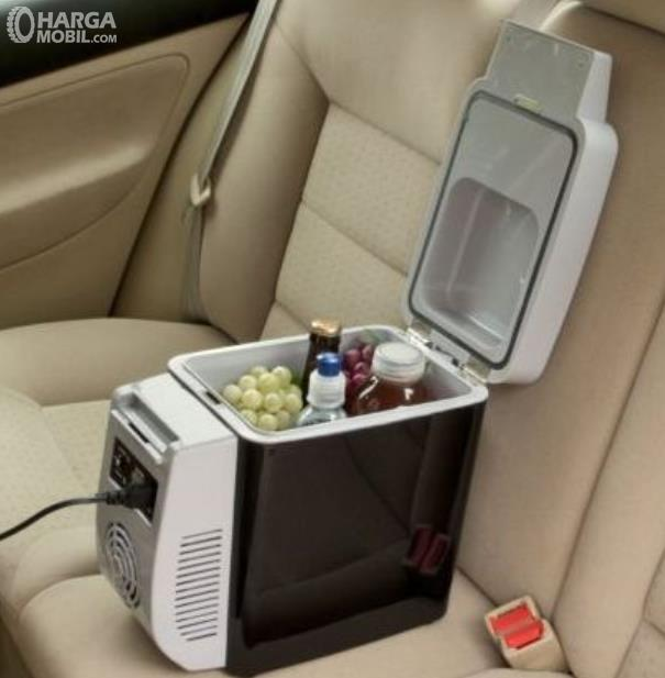 Gambar ini menunjukkan makanan dan minuman di kulkas mini portable