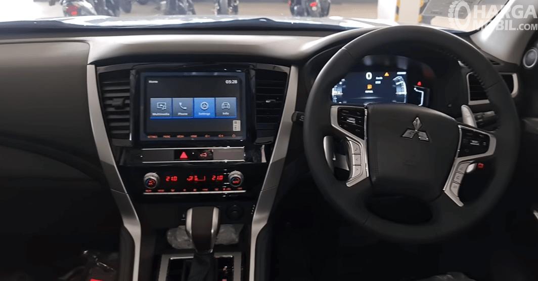 Gambar ini menunjukkan dashboard dan kemudi mobil Mobil Mitsubishi Pajero Sport Dakar Ultimate 4x4 2021