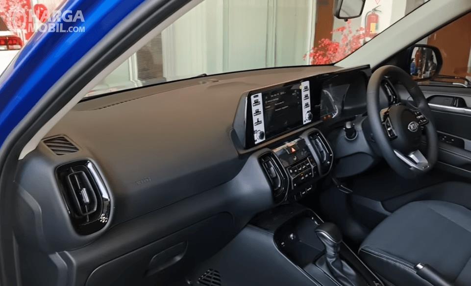 Gambar ini menunjukkan dahboard dan kemudi mobil KIA Sonet Dynamic 7 Seater 2021