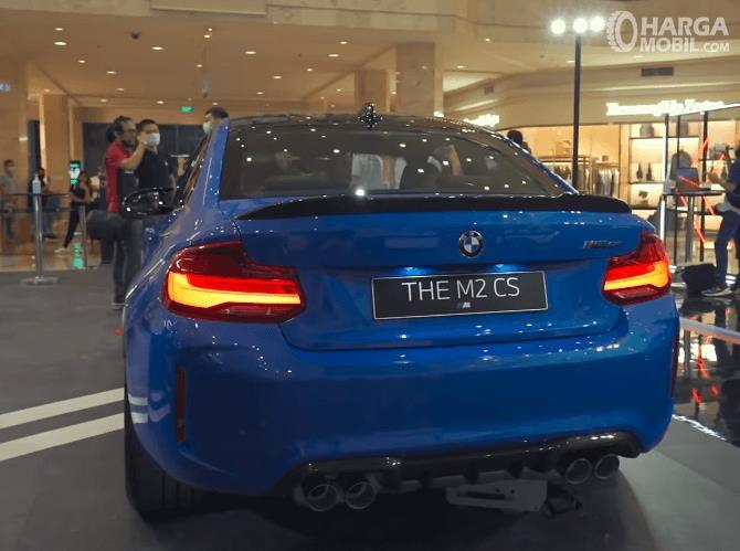 Gambar ini menunjukkan bagian belakang BMW M2 CS 2020