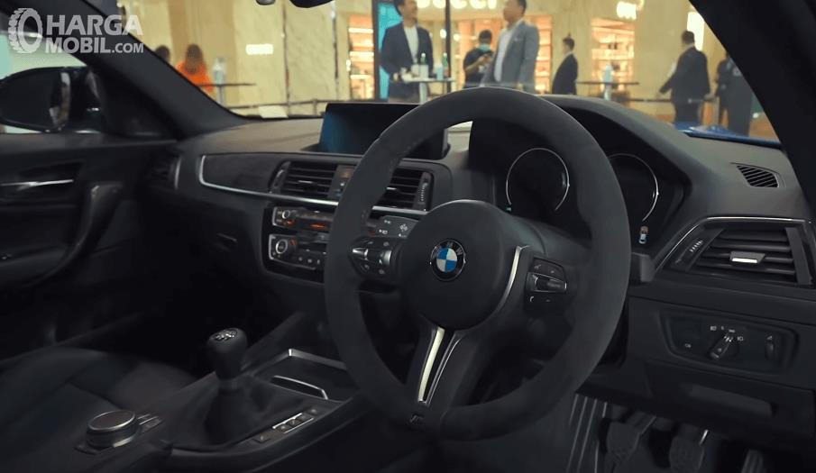 Gambar ini menunjukkan dashboard dan kemudi BMW M2 CS 2020