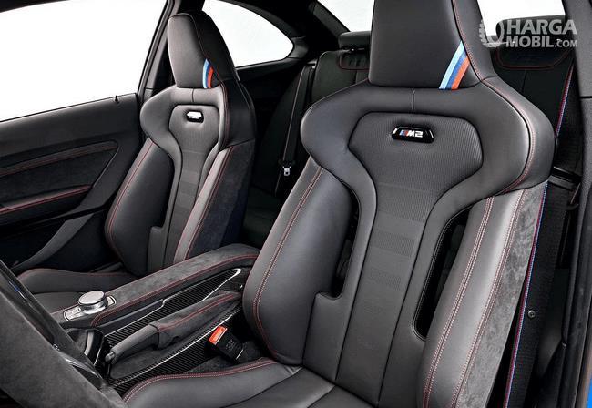Gambar ini menunjukkan jok mobil BMW M2 CS 2020