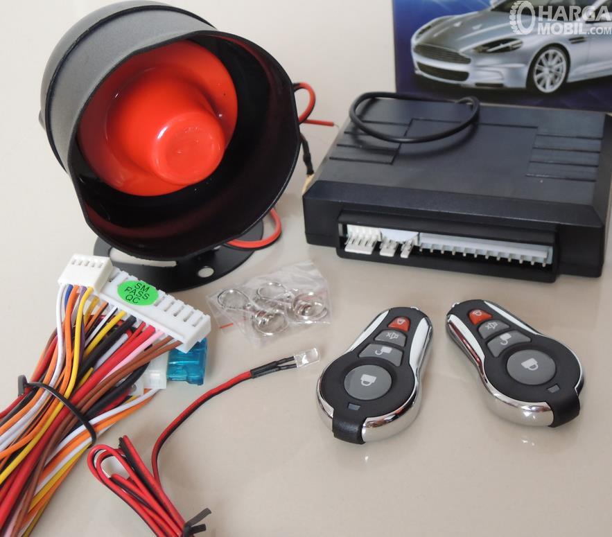 Gambar ini menunjukkan beberapa komponen pada alarm mobil lengkap dengan kabel