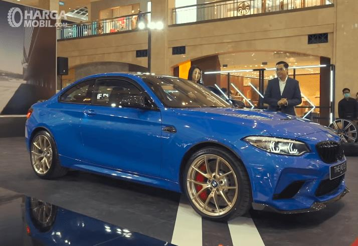 Gambar ini menunjukkan bagian samping BMW M2 CS 2020