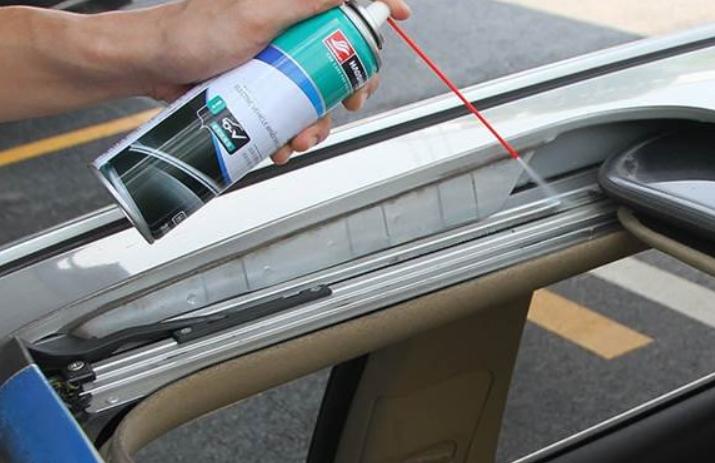 Gambar ini menunjukkan pemberian cairan silikon pada karet panoramic sunroof