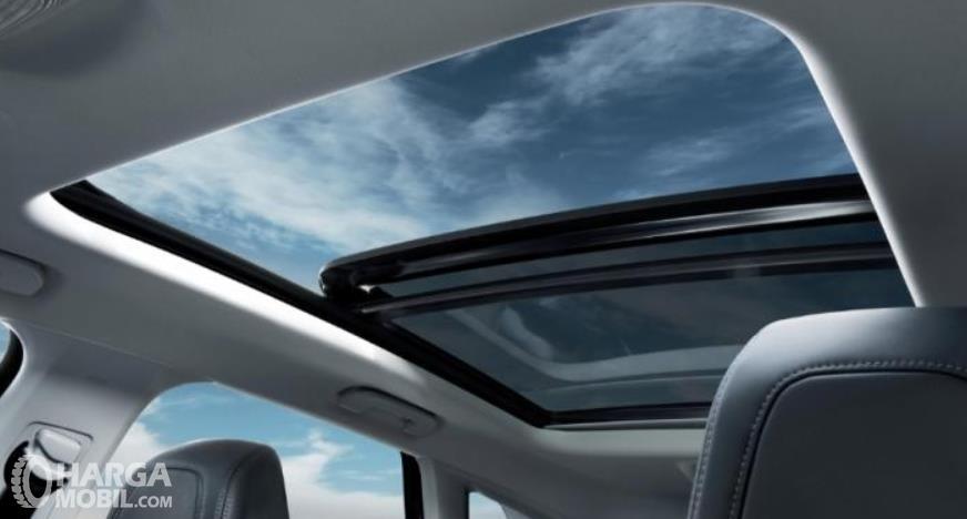 Gambar ini menunjukkan panoramic sunroof milik Peugeot