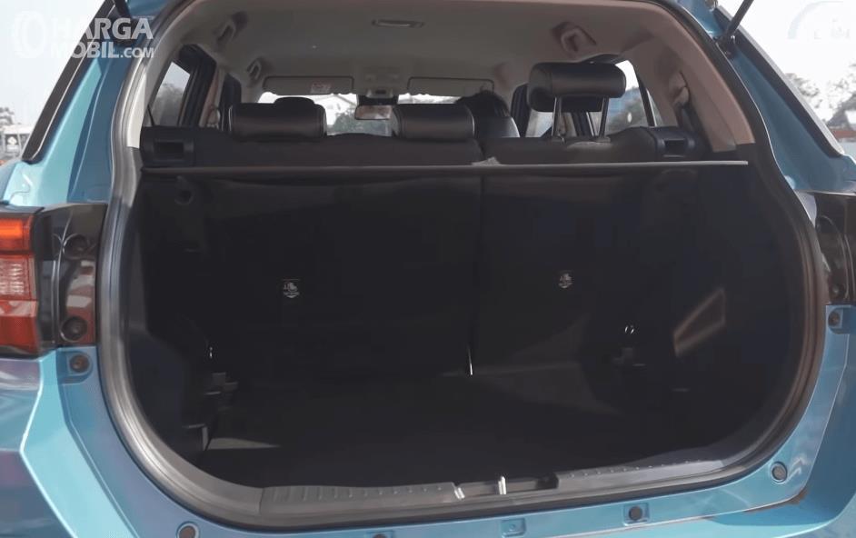 Gambar ini menunjukkan bagasi mobil Toyota Raize GR Sport CVT TSS 2021