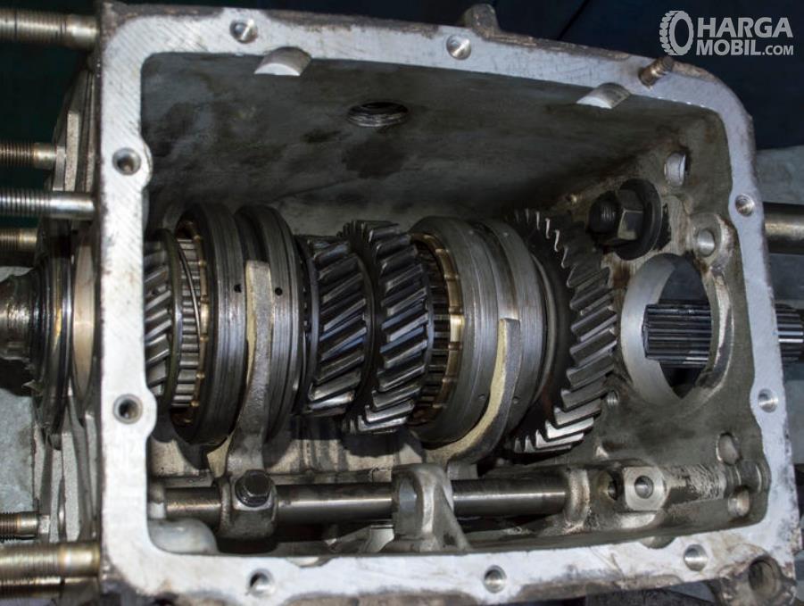 Gambar ini menunjukkan gir box pada kendaraan