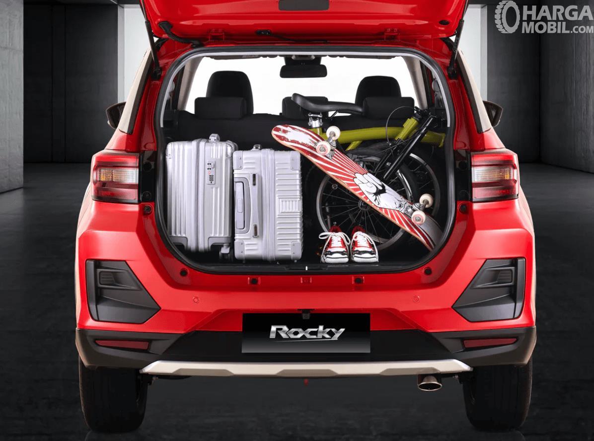 Gambar  ini menunjukkan barang bawaan di bagasi mobil
