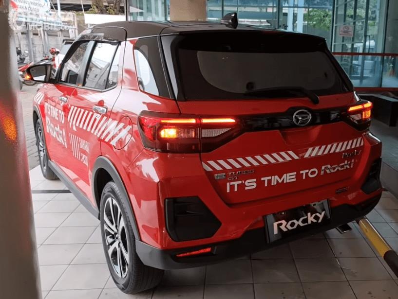 Gambar ini menunjukkan bagian belakang Daihatsu Rocky R TC ASA 2021
