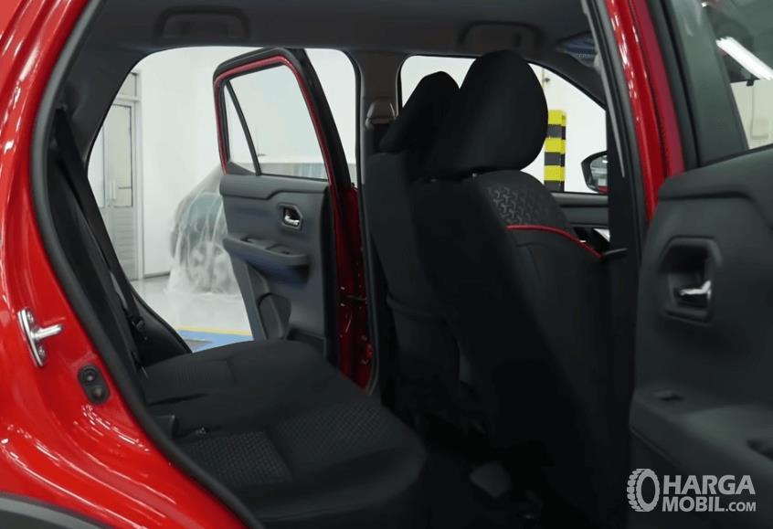 Gambar ini menunjukkan kabin belakang Daihatsu Rocky R TC ASA 2021