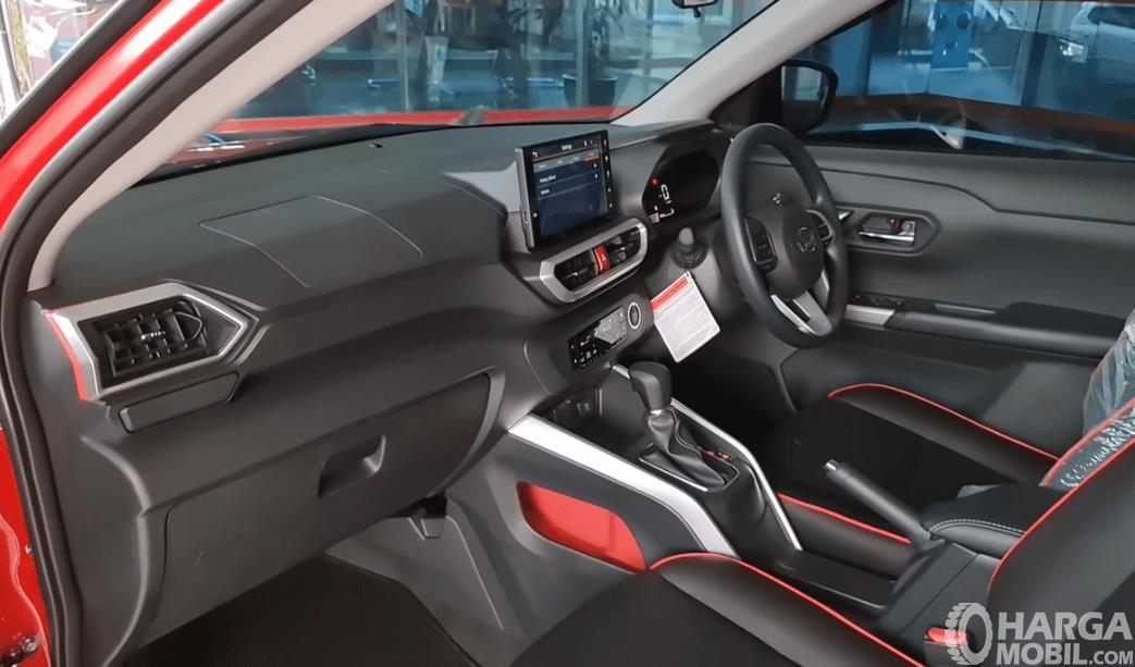 Gambar ini menunjukkan dashboard dan kemudi Daihatsu Rocky R TC ASA 2021