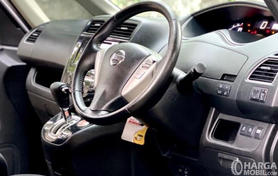 Gambar ini menunjukkan dashboard dan kemudi mobil Nissan Serena X 2013
