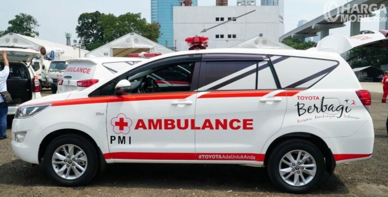 Gambar ini menunjukkan mobil ambulance tampak samping