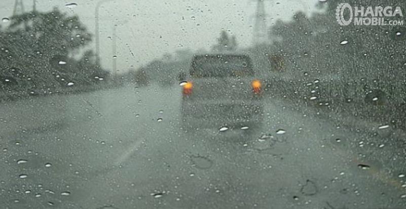 Gambar ini menunjukkan kaca mobil dalam kondisi berjamur