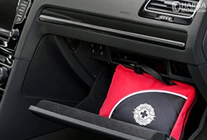 Gambar ini menunjukkan tempat P3K di laci dashboard mobil