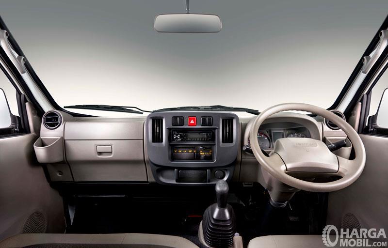 Gambar menunjukkan tampilan interior dari Isuzu Traga
