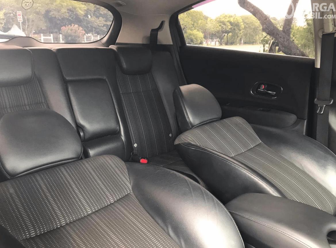 Gambar ini menunjukkan jok mobil Honda HR-V E 2015 direbahkan