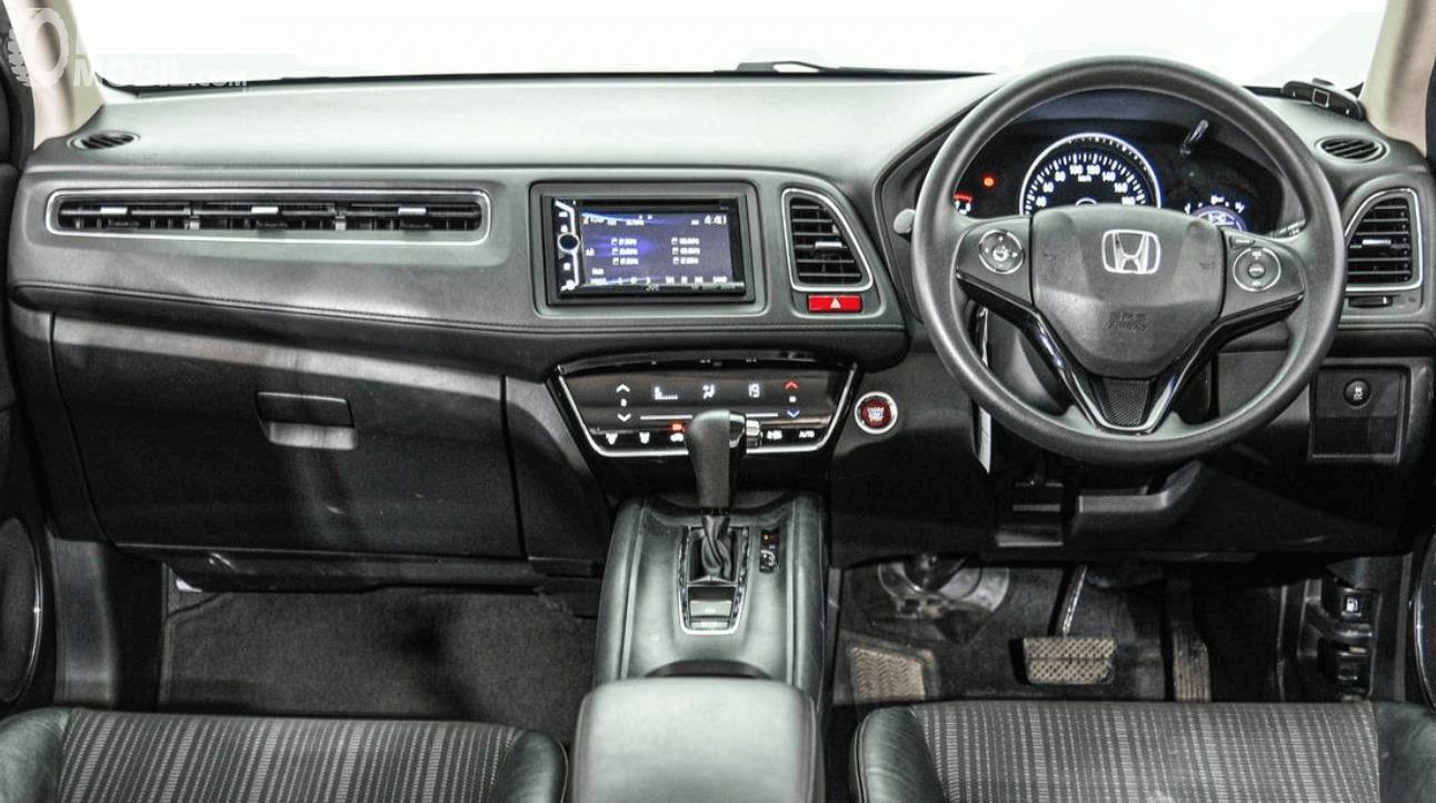 Gambar ini menunjukkan dashboard dan kemudi  Honda HR-V E 2015