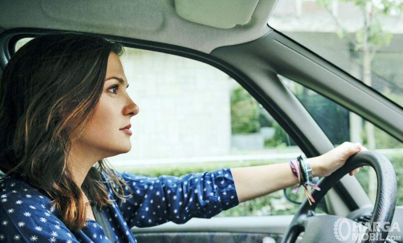 Gambar ini menunjukkan pengemudi mobil wanita
