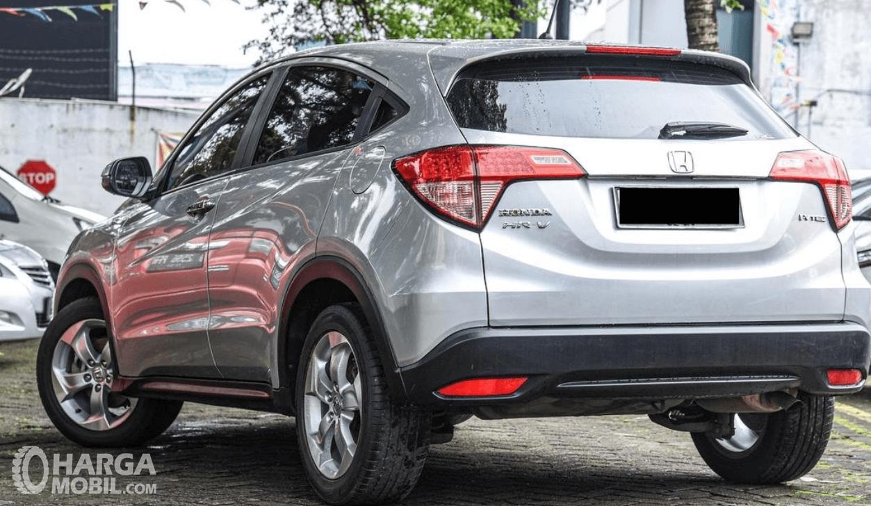 Gambar ini menunjukkan sisi samping dan belakang Honda HR-V E 2015