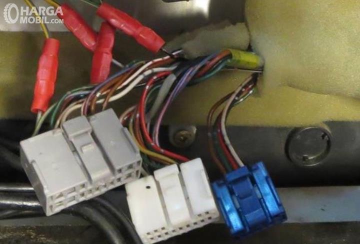 Gambar ini menunjukkan kabel kelistrikan mobil