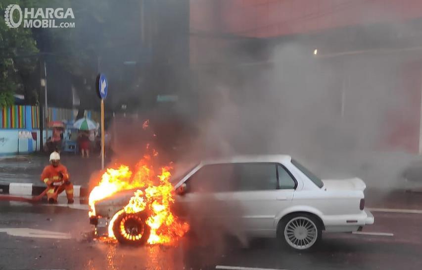 Gambar ini menunjukkan mobil dalam kondisi terbakar
