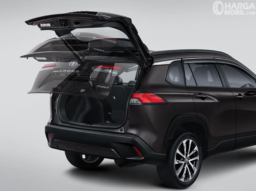 Gambar ini menunjukkan bagasi mobil Toyota Corolla Cross 1.8 Gasoline 2021