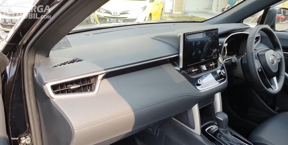 Gambar ini menunjukkan kabin depan Toyota Corolla Cross 1.8 Gasoline 2021