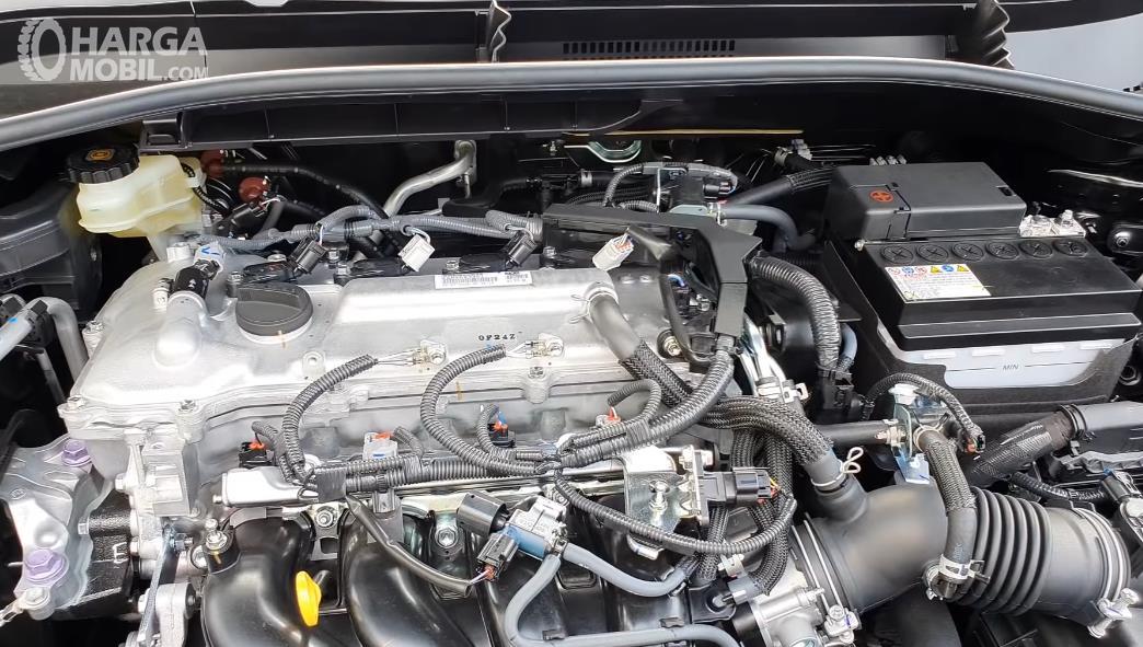 Gambar ini menunjukkan mesin Toyota Corolla Cross 1.8 Gasoline 2021