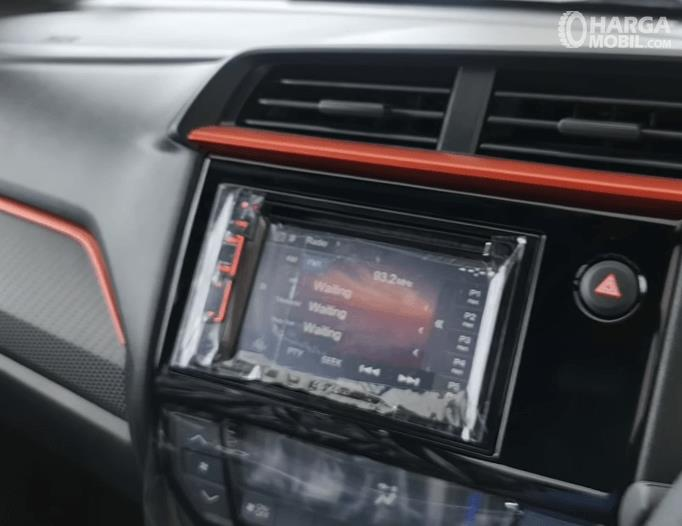 Gambar ini menunjukkan head unit mobil Honda Brio RS Urbanite Edition 2021