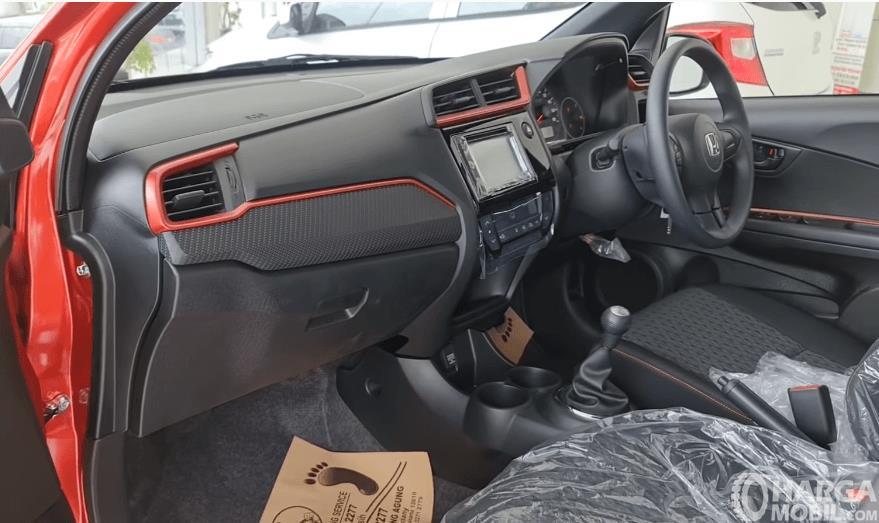 Gambar ini menunjukkan dashboard dan kemudi mobil Honda Brio RS Urbanite Edition 2021