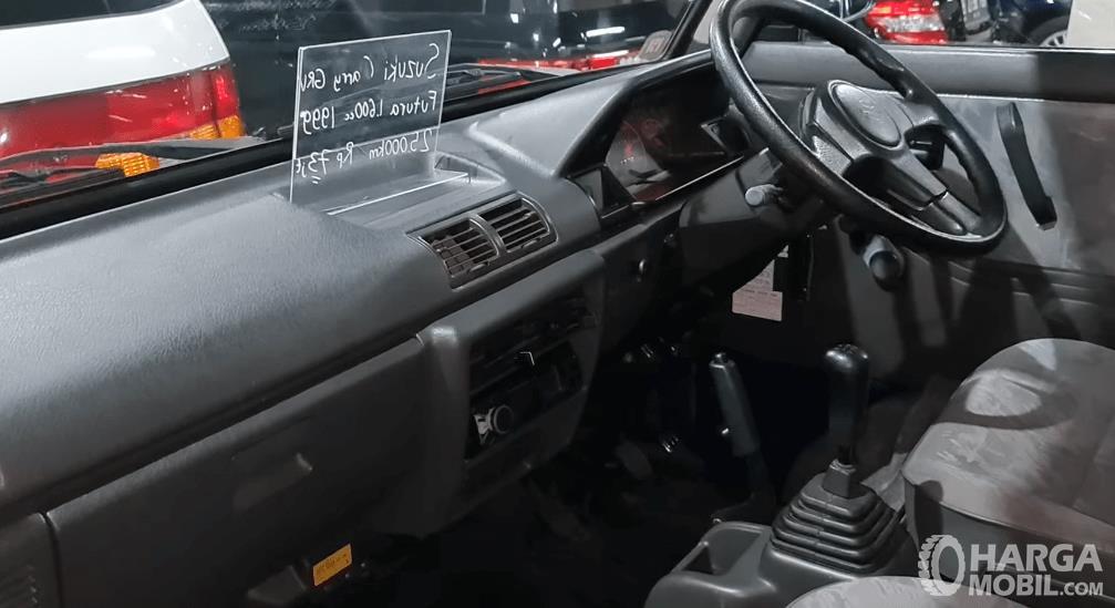 Gambar ini menunjukkan dashboard dan kemudi Suzuki Carry Futura 1.6 GRV 1999